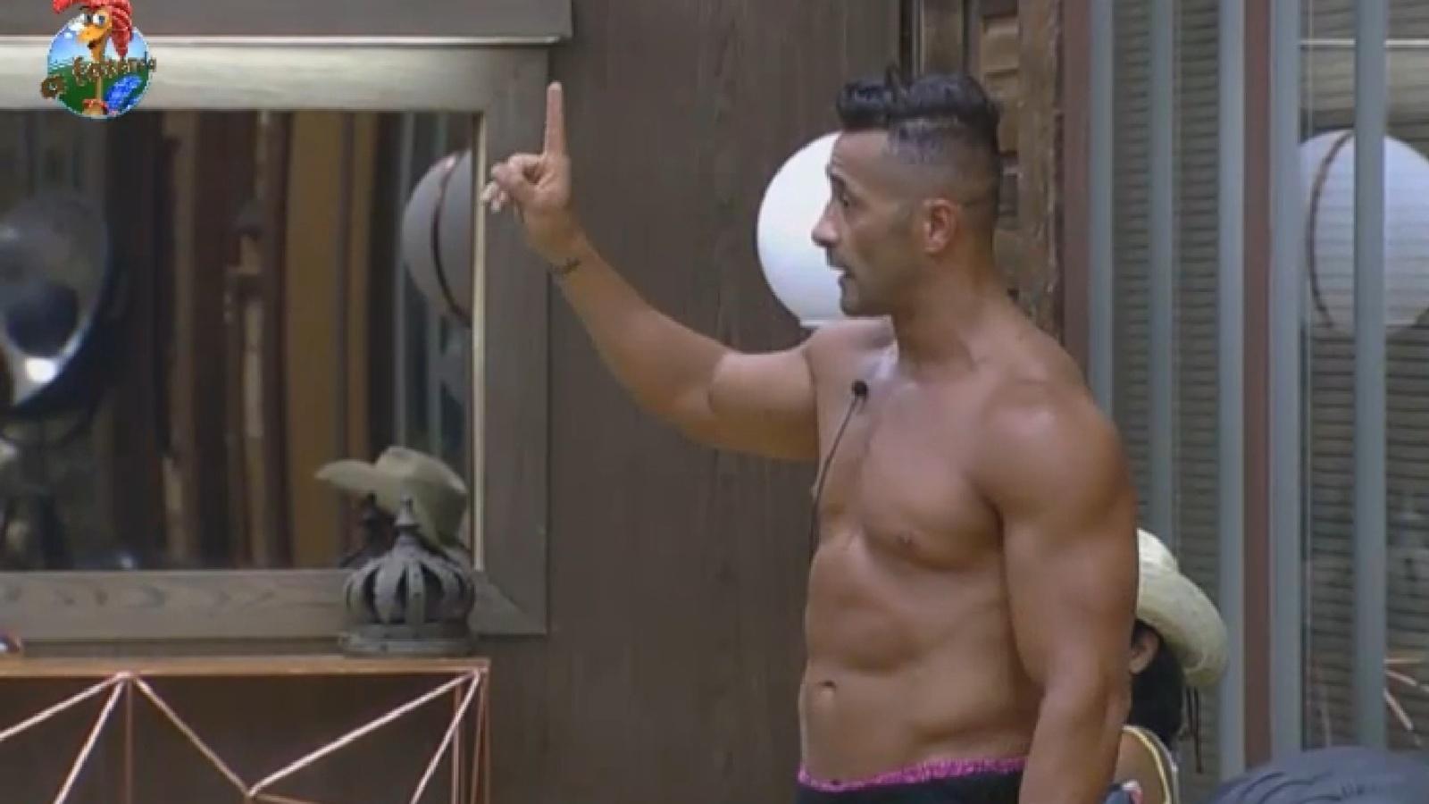 6.ago.2013 - Marcos Oliver cobra explicações de Bárbara sobre punição provocada por Mateus Verdelho