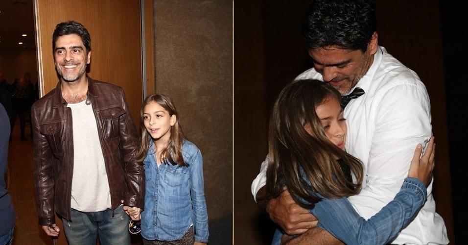 6.ago.2013 - O ator Junno Andrade recebe carinho da filha na noite de estreia de sua peça