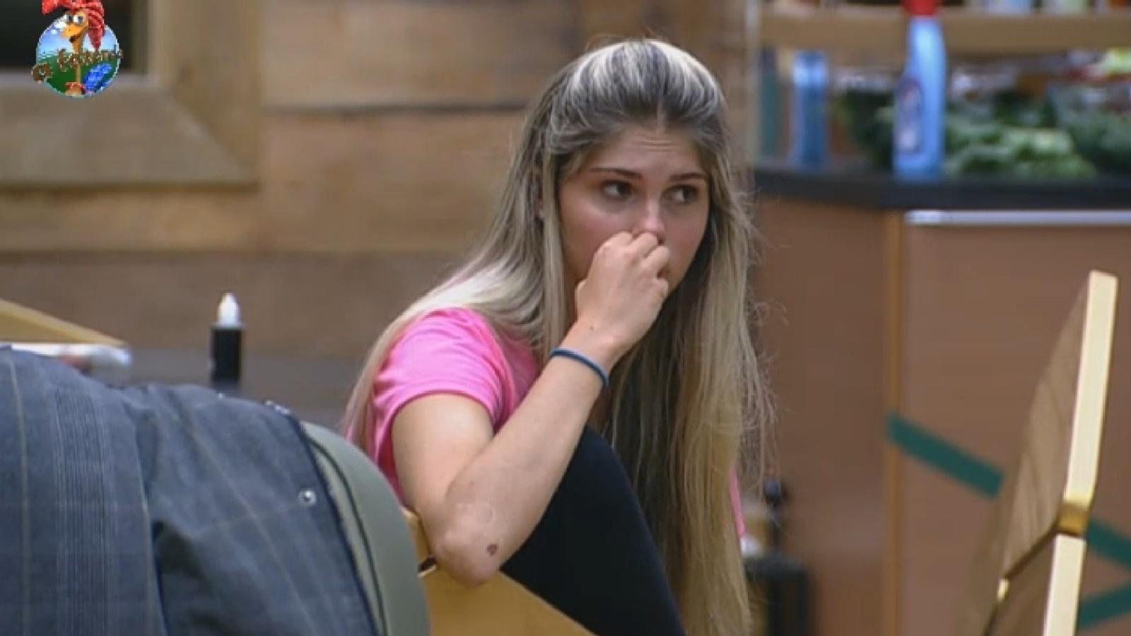 6.ago.2013 - Preocupada, Bárbara ouve reclamações de Marcos Oliver