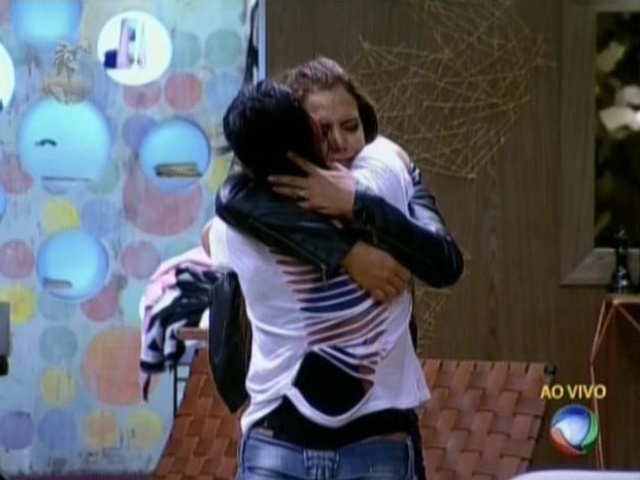 06.ago.2013 - Denise abraça Scheila Carvalho após sobreviver à roça e permanecer na