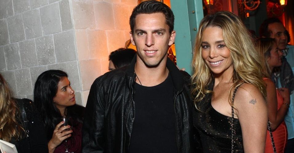 6.ago.2013 - Danielle Winits e Amaury Nunes na inauguração do restaurante Paris 6 na Barra da Tijuca, no Rio de Janeiro