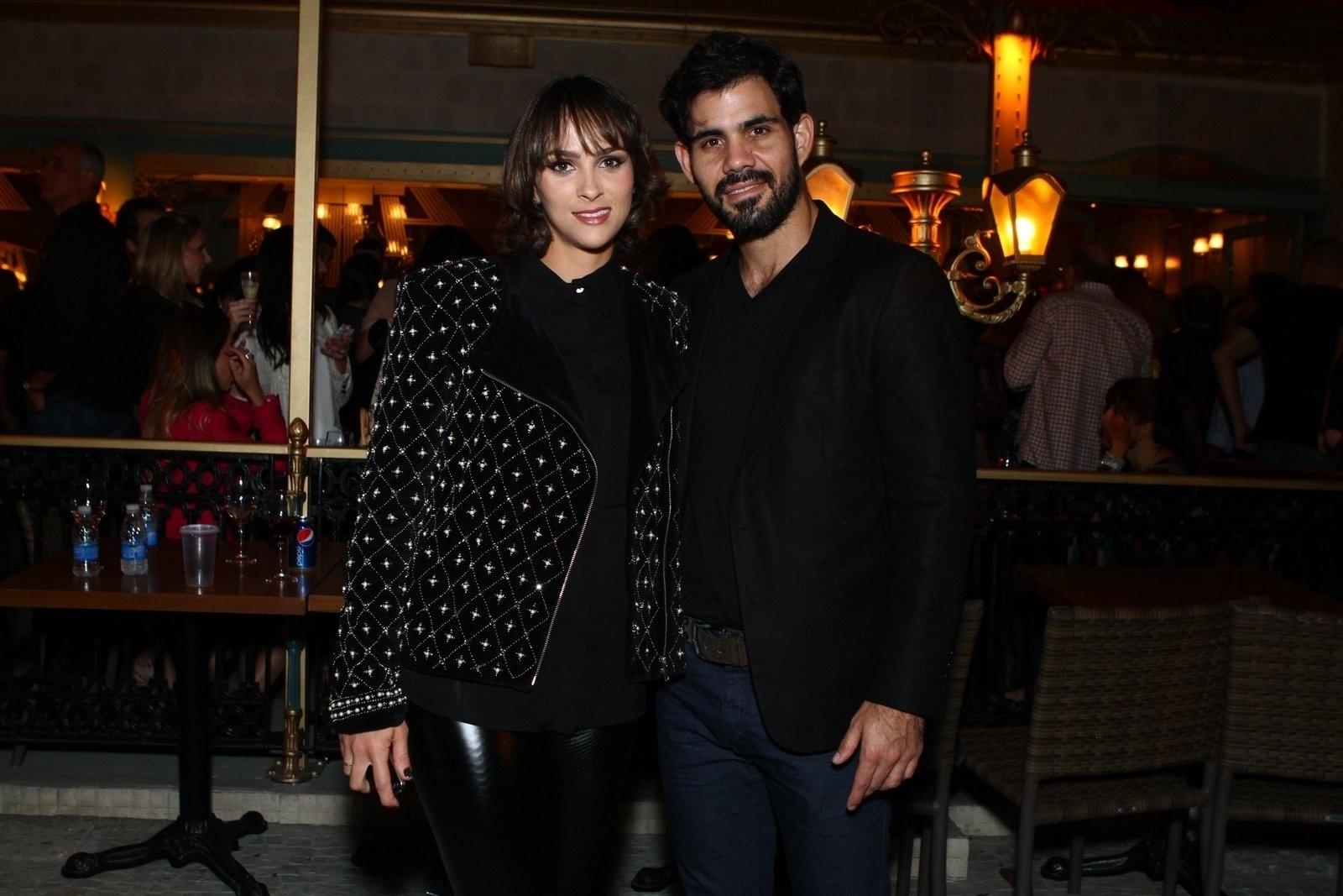 6.ago.2013 - Juliano Cazarré com a mulher, Letícia, na inauguração do restaurante Paris 6 na Barra da Tijuca, no Rio de Janeiro