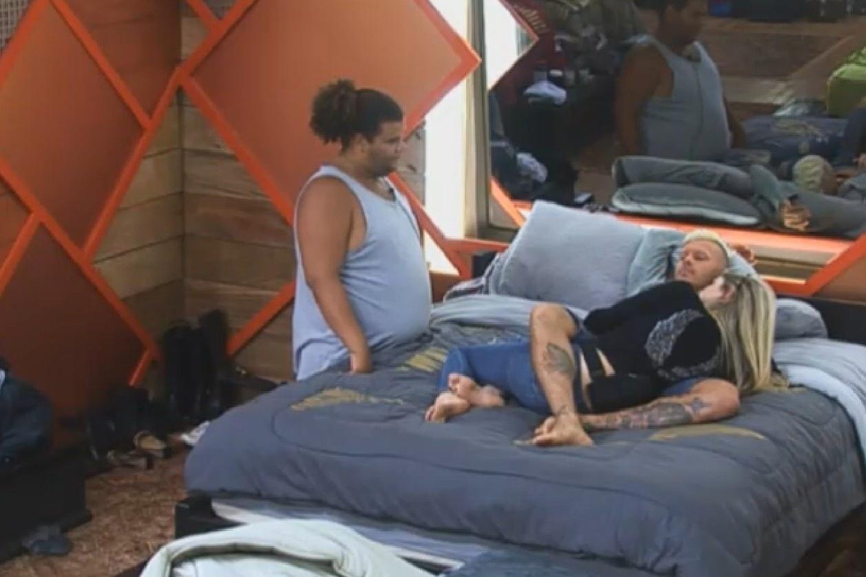 6.ago.2013 - Mateus diz para Bárbara que xixi faz bem para o cabelo