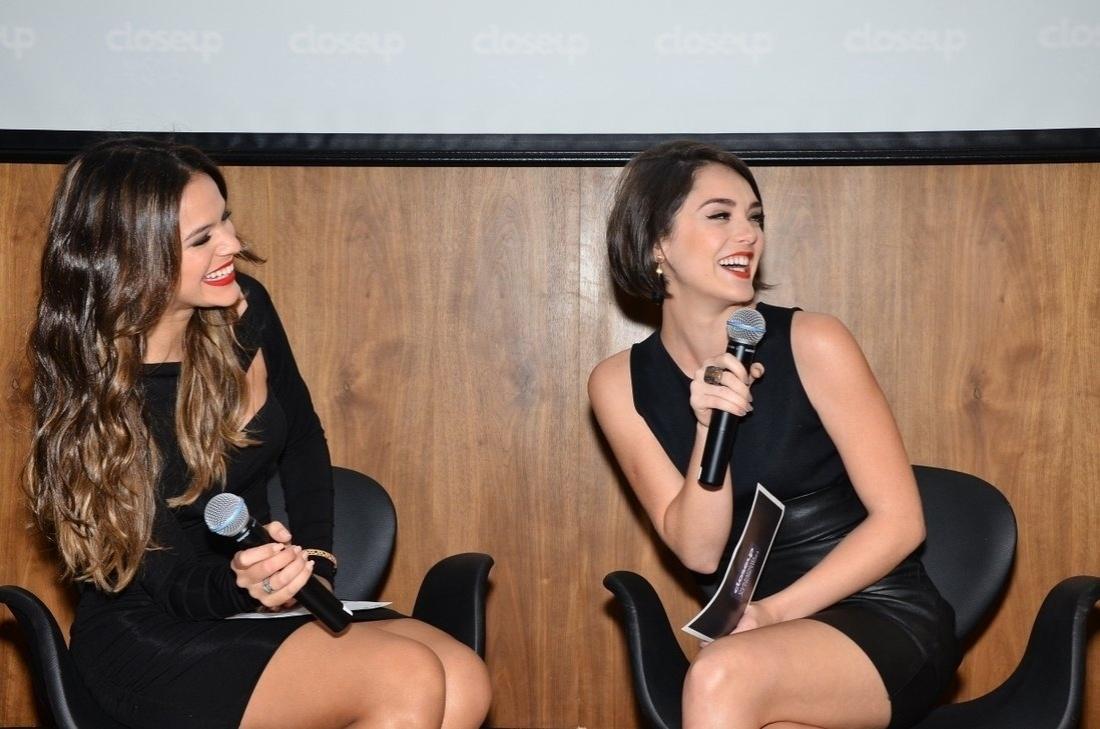 7.ago.2013 - Bruna Marquezine e Isabelle Drummond sorriem durante e evento de marca de higiene dentária que aconteceu na Vila Nova Conceição, em São Paulo
