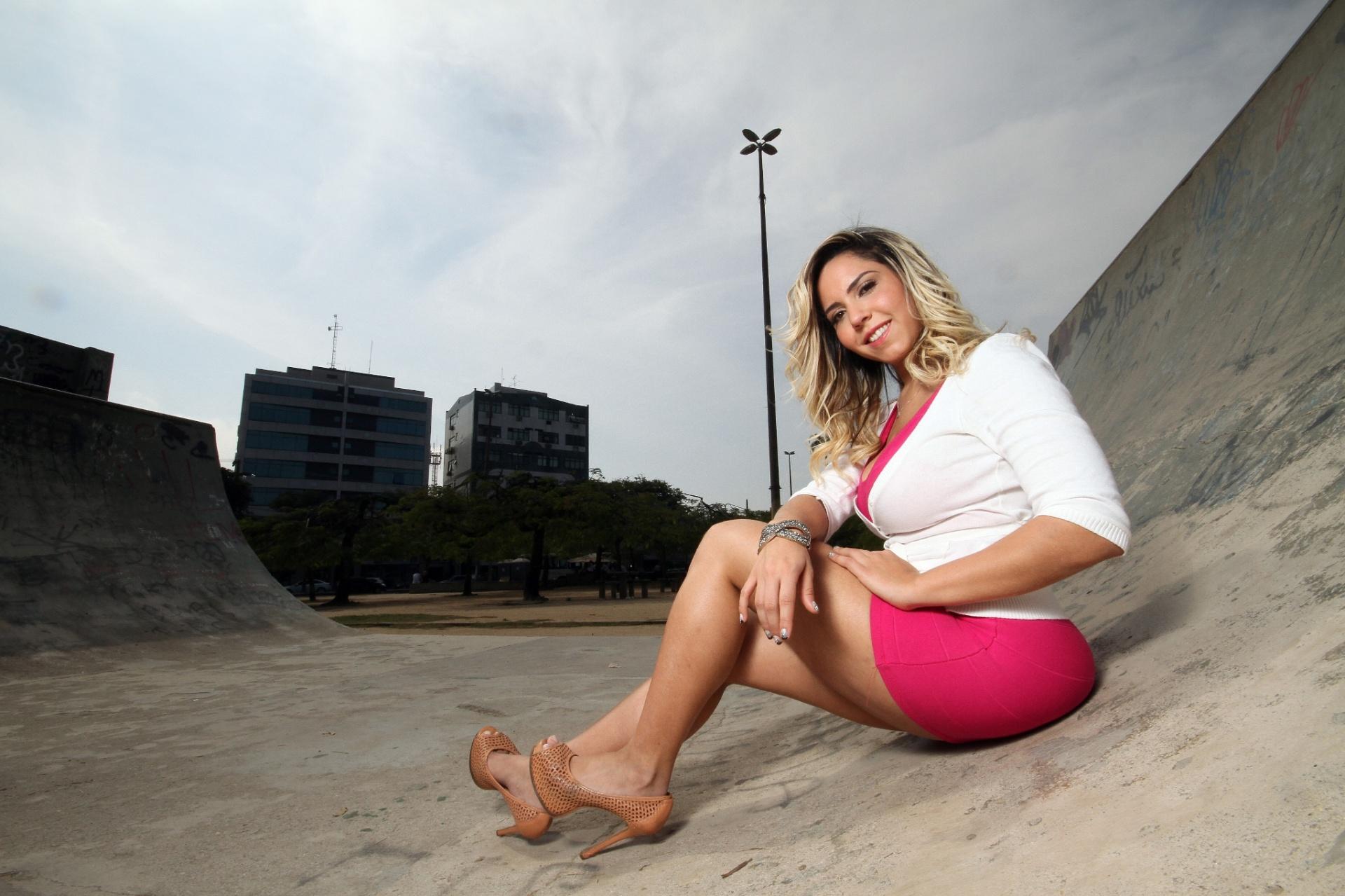 7.ago.2013 - Renata Frisson, a Mulher Melão, posou com exclusividade para o UOL em Vila Valqueire, bairro do subúrbio do Rio onde está residindo. Na entrevista, a funkeira afirmou que está sem fazer sexo há oito meses