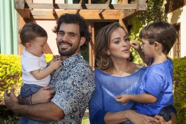 agosto.2013 - Juliano Cazarré posa ao lado da mulher e dos filhos