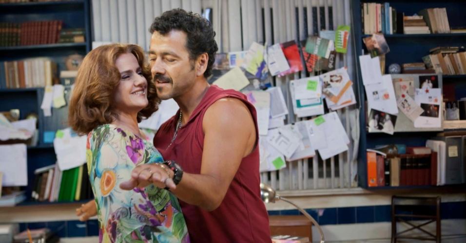 """Marieta Severo e Marcos Palmeiras em cena do filme """"Vendo Ou Alugo"""", de Betse de Paula"""