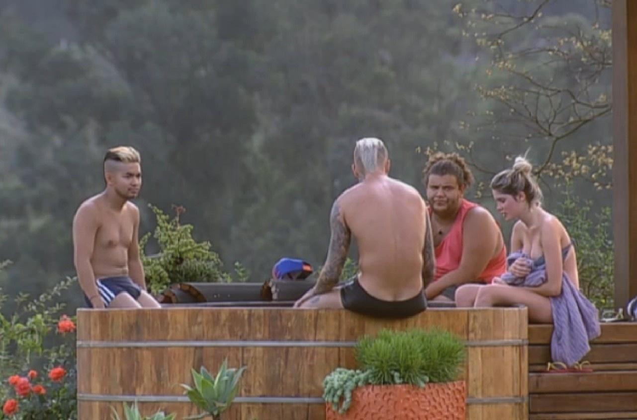 08.ago.2013 - Yudi, Mateus, Gominho e Bárbara conversam no ofurô