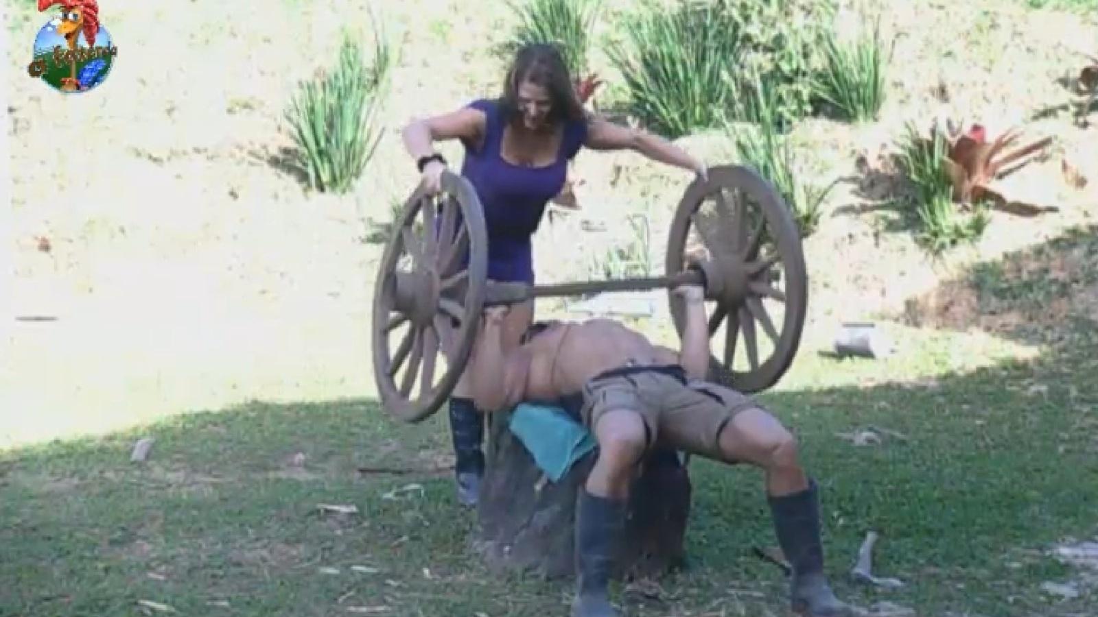 8.ago.2013 - Denise ajuda Marcos Oliver a malhar no celeiro