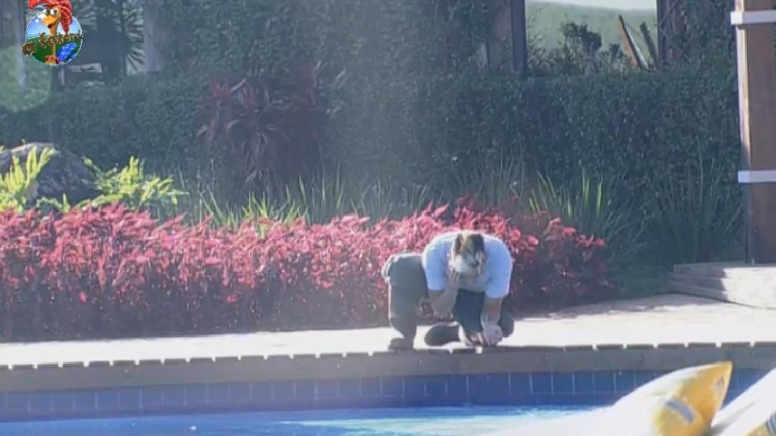 8.ago.2013 - De ressaca após festa, Yudi lava o rosto na piscina na manhã desta quinta-feira