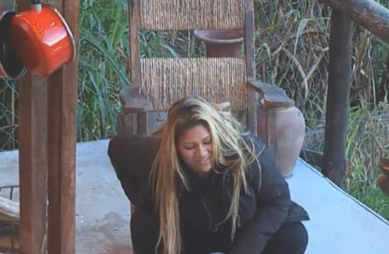8.ago.2013 - De ressaca, Yani de Simone cai da cadeira de balanço na manhã desta quinta-feira