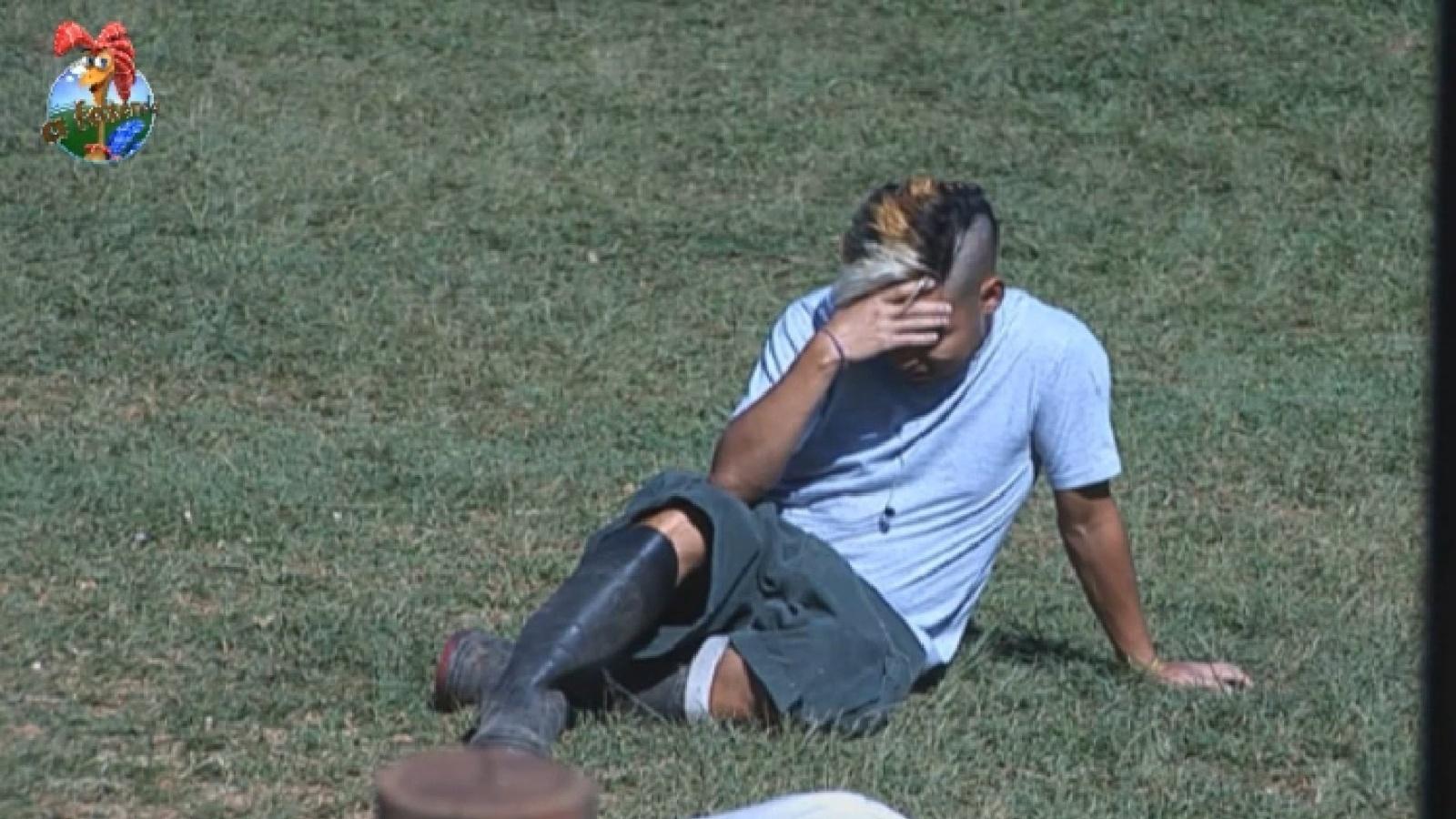 8.ago.2013 - De ressaca, Yudi descansa sentado na grama na manhã desta quinta-feira
