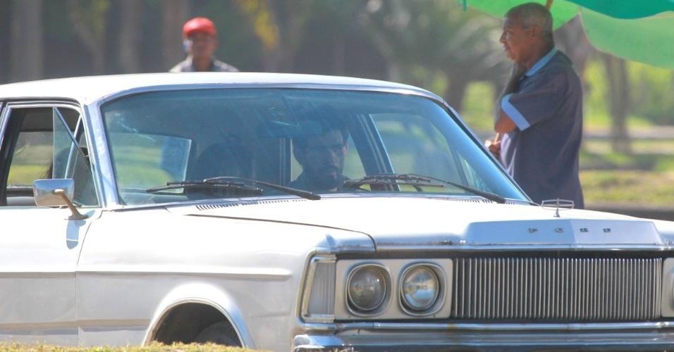 """8.ago.2013 - Juliano Cazarré e Klara Castanho gravaram cenas de """"Amor à Vida"""" na zona oeste do Rio. Na trama, Ninho (Cazarré) sequestra Paulinha (Castanho)"""
