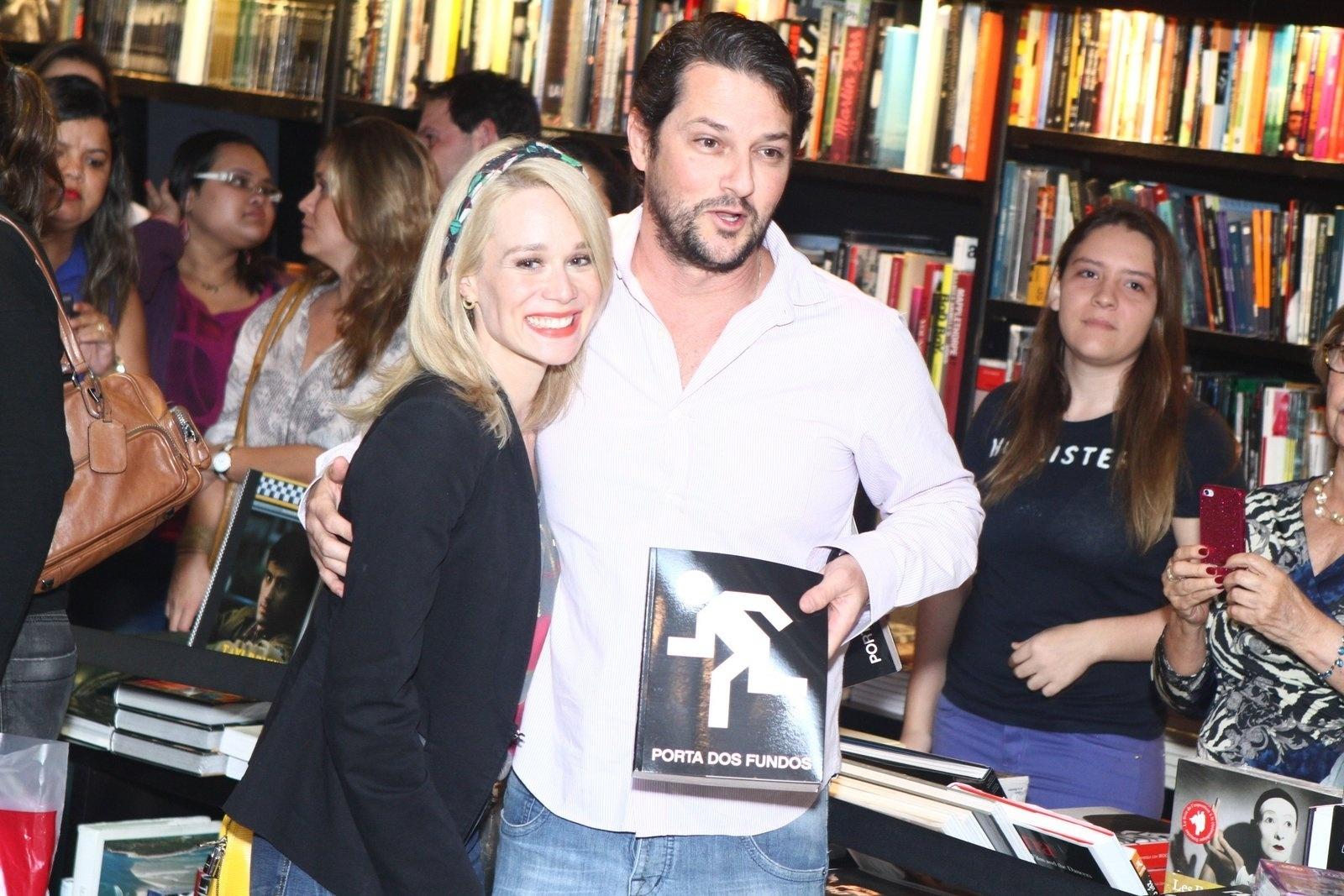 8.ago.2013 - Mariana Ximenes e Marcelo Serrado prestigiam o lançamento do livro do canal Porta dos Fundos nesta quinta em um livraria, no Rio
