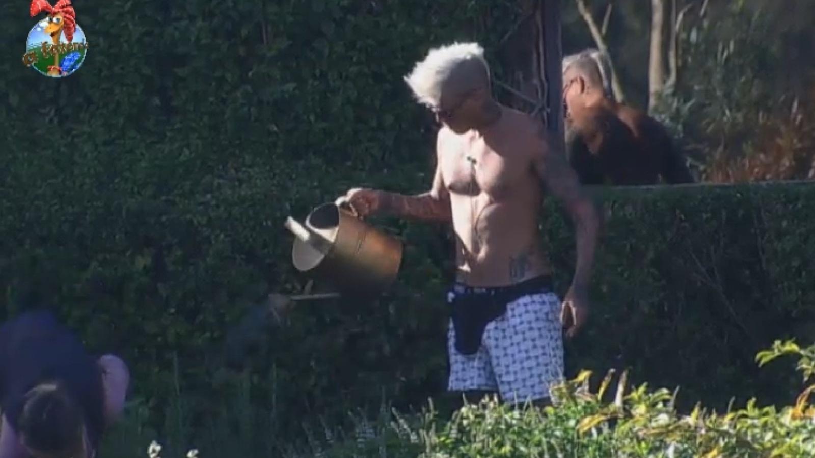8.ago.2013 - Mateus rega a horta de cueca na manhã desta quinta-feira