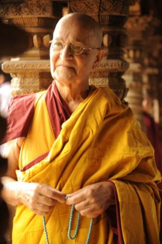 """8.ago.2013 - O ator Nelson Xavier interpreta o líder espiritual budista Ananda na novela """"Jóia Rara"""". Ananda salvará a vida de Franz (Bruno Gagliasso) quando ele sofrer um acidente em uma avalance"""