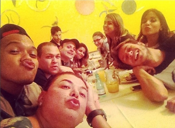 8.ago.2013 - Preta Gil comemorou um dia antes seu aniversário de 39 anos com amigos famosos em churrascaria no Rio de Janeiro.