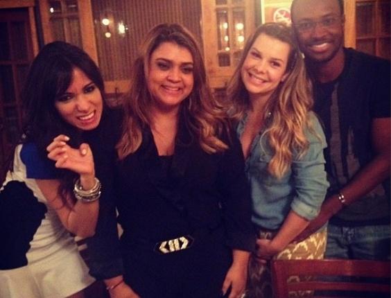 8.ago.2013 - Preta Gil posa com os amigos Anitta (esq.), Fernanda Souza (dir.) e Thiaguinho em sua festa de aniversário de 39 anos em uma churrascaria do Rio de Janeiro