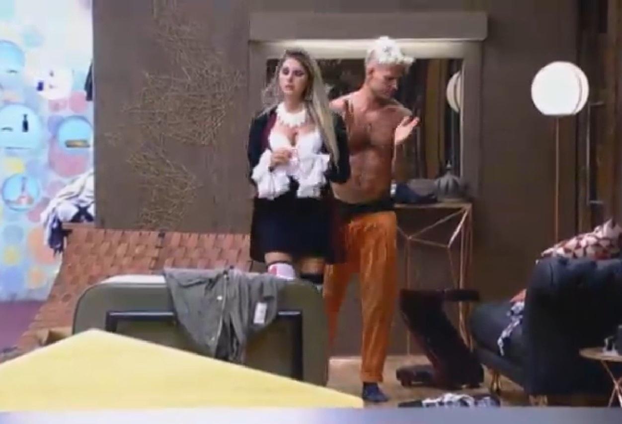 7.ago.2013 - Bárbara Evans se anima e chama Mateus Verdelho para curtir a festa com ela