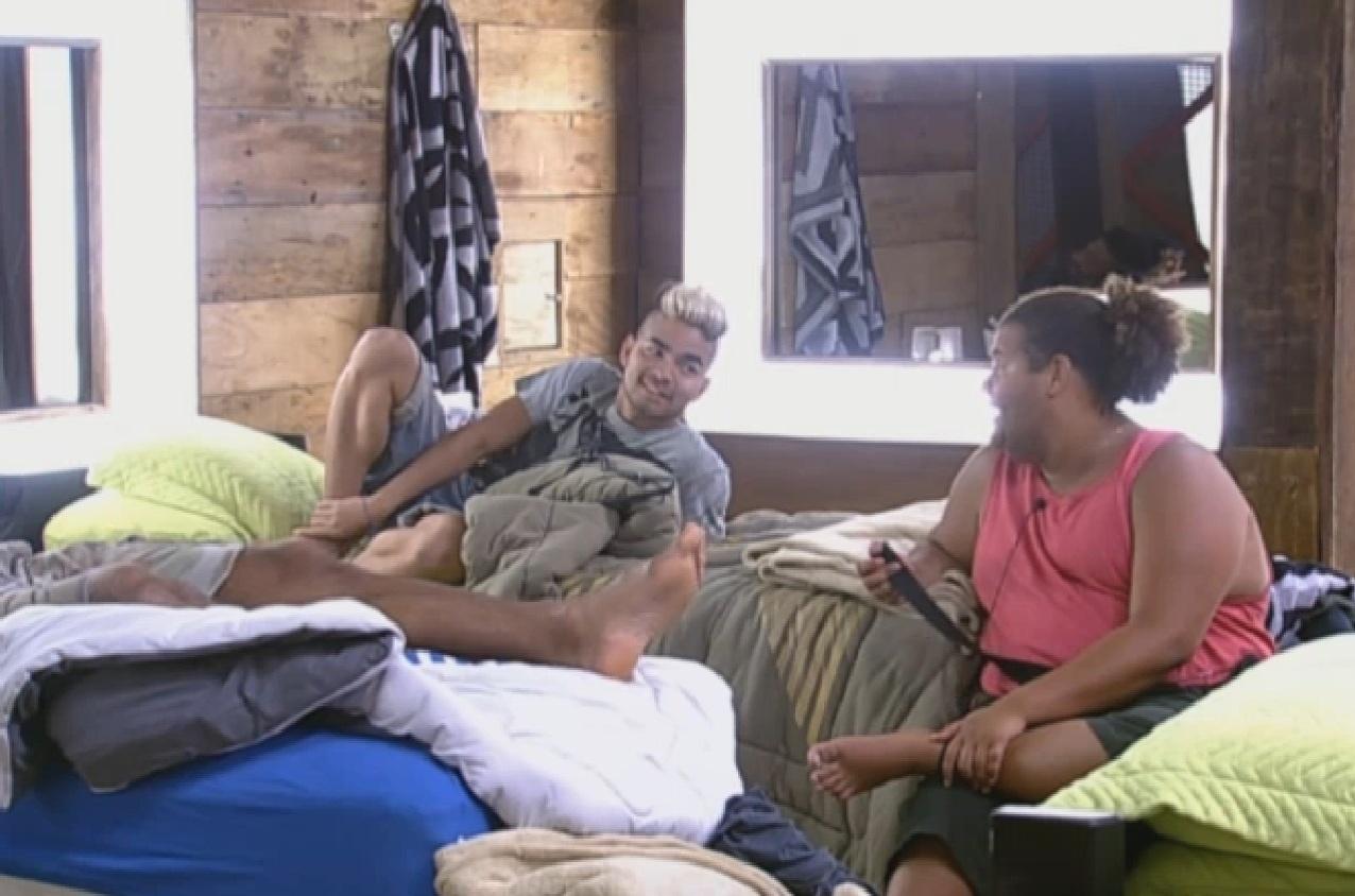 Gominho contou a Yudi e Beto que os integrantes do grupo coelho querem acabar com o avestruz