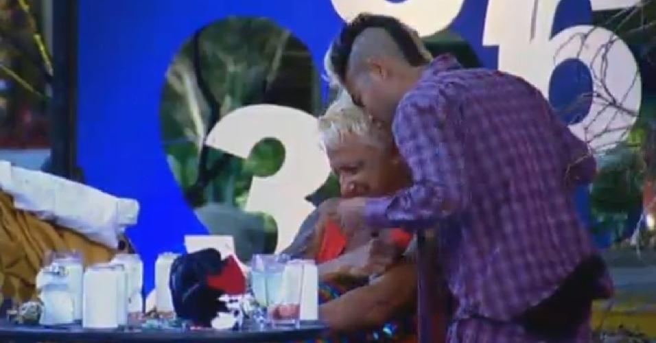 7.ago.2013 - Yudi vai falar com Paulo Nunes e o ex-jogador manda o apresentador ir beijar Yani