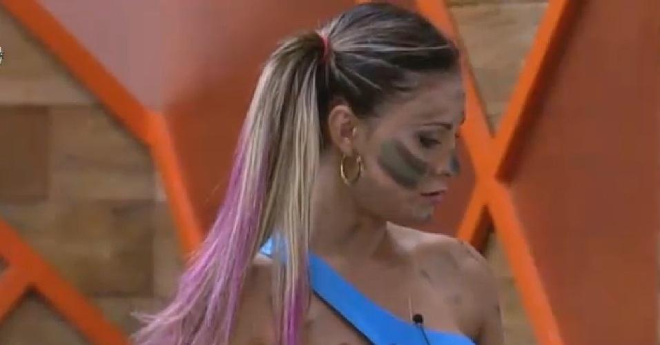 09.ago.2013 - Andressa Urach pintou a cara