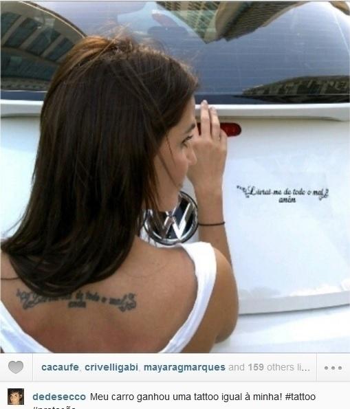 09.ago.2013 - Deborah Secco coloca adesivo no carro idêntico a sua tatuagem:
