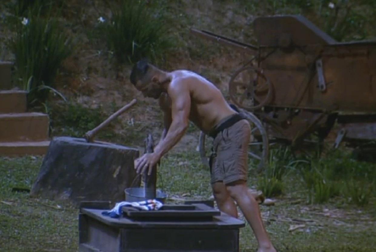 09.ago.2013 - Oliver pregando água para terminar de arrumar a cozinha