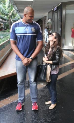 09.ago.2013- Tatá Werneck se divertiu ao comparar sua altura com a de um segurança de um shopping  na Zona Sul do Rio de Janeiro
