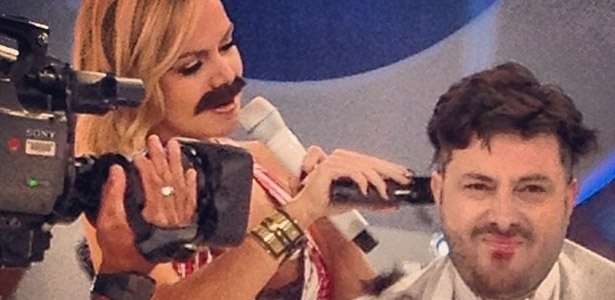 8.ago.2013 - Eliana raspa cabelos de Danilo Gentili para o