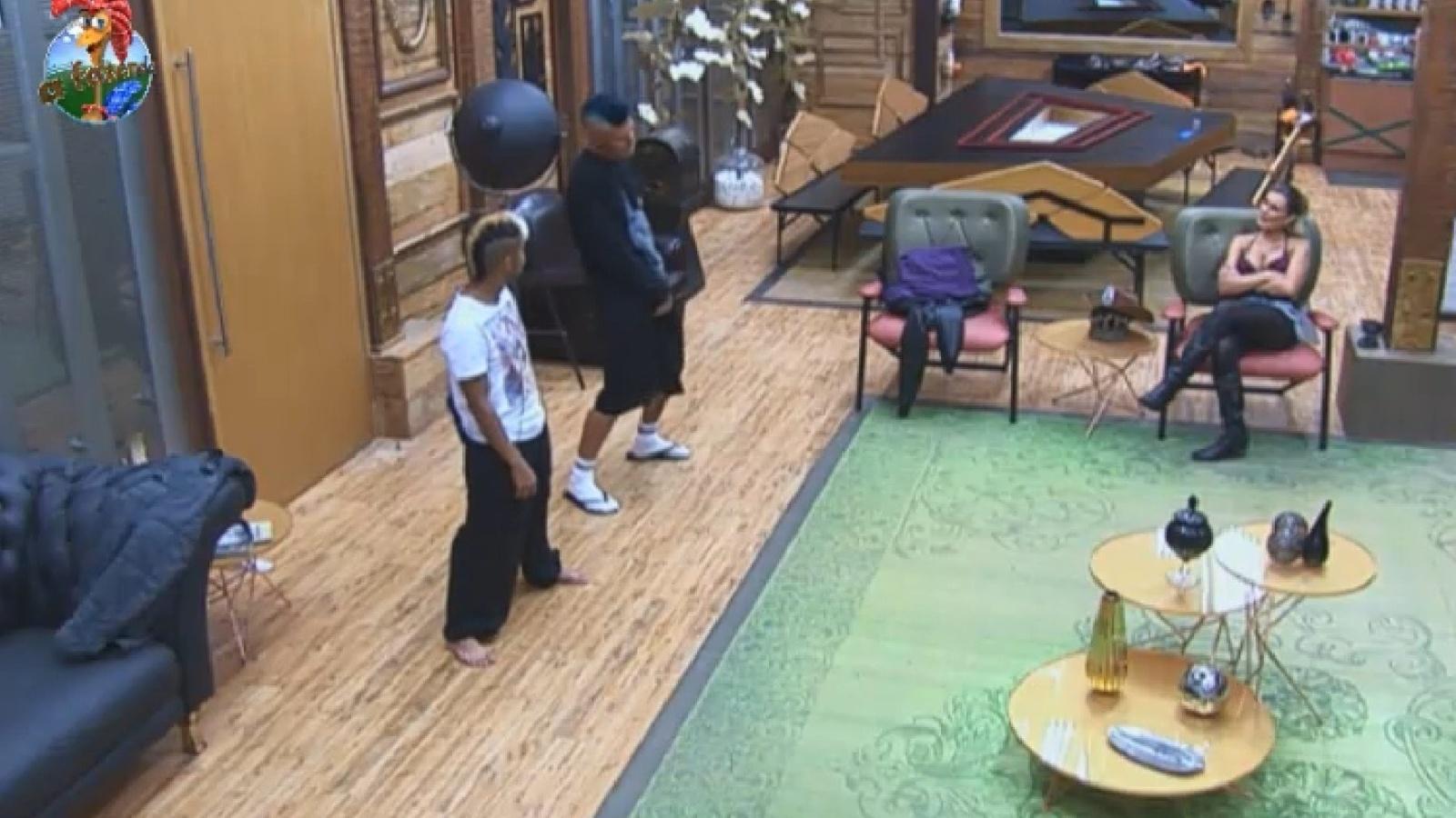 9.ago.2013 - Yudi ensina passos de dança para Mateus