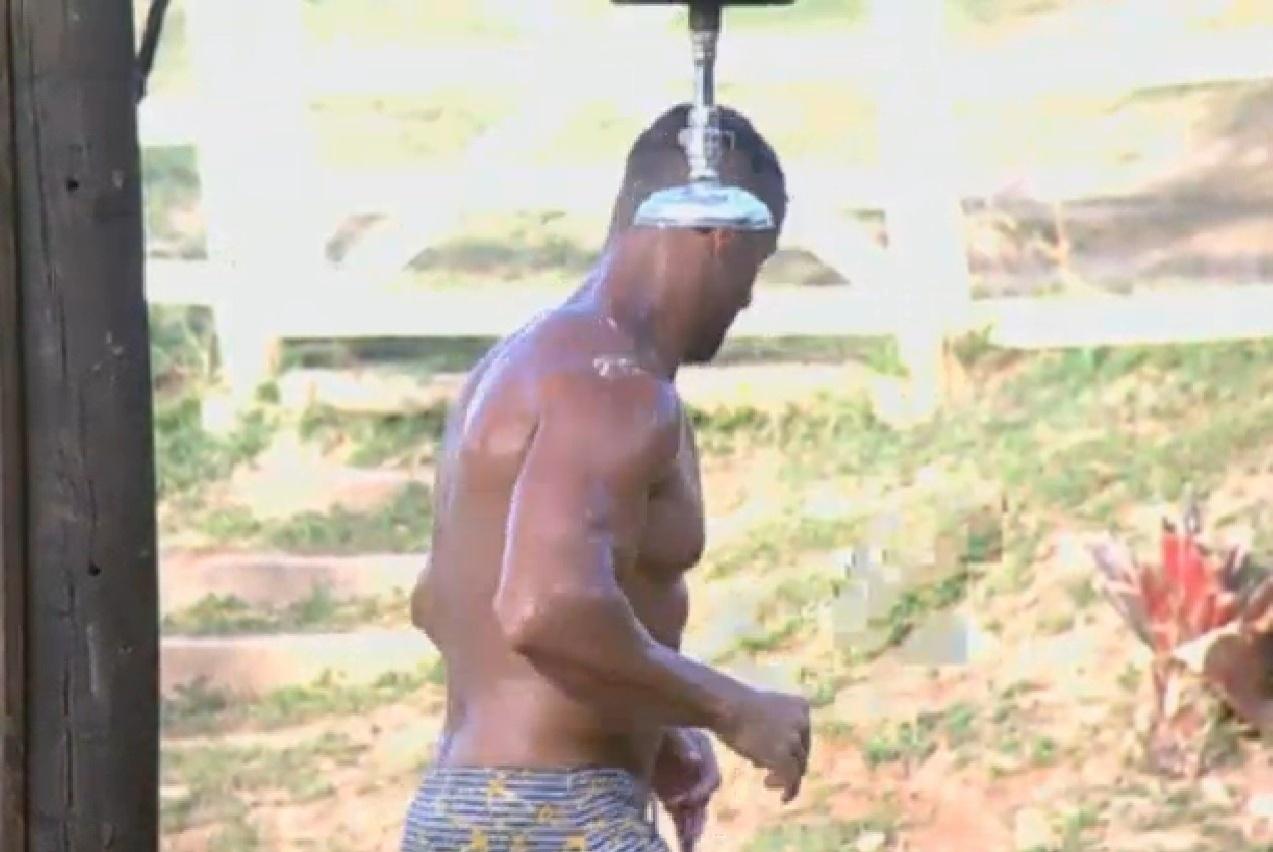 09.ago.2013 - Marcos Oliver dançando durante o seu banho no chuveiro