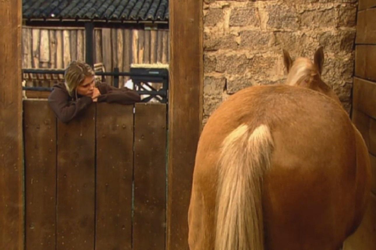 10.ag.2013 - Bárbara fica sozinha no estábulo e conversa com os cavalos