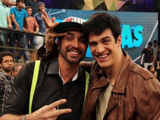 10.ago.2013 - Mateus Solano faz gesto de Félix em Latino nos bastidores do programa