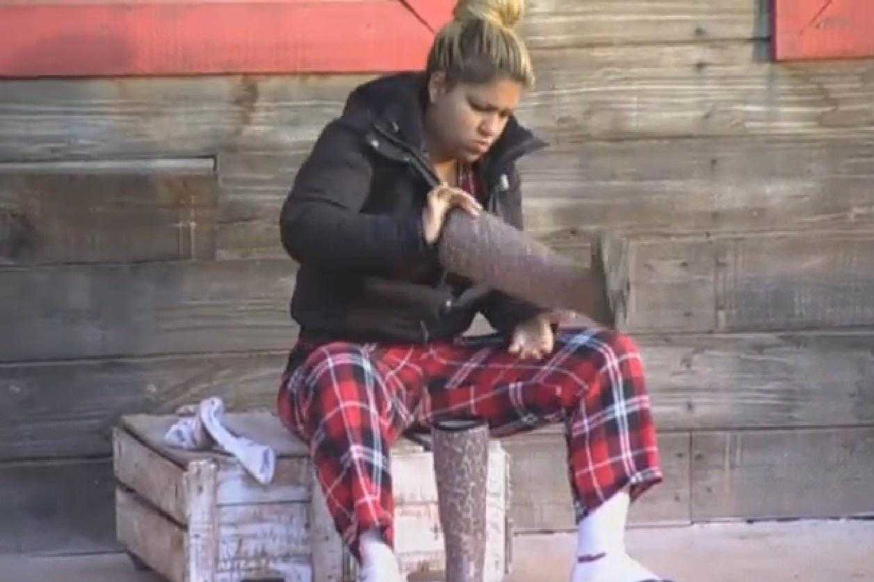 10.ago.2013 - Mulher Filé se prepara para cuidar das lhamas