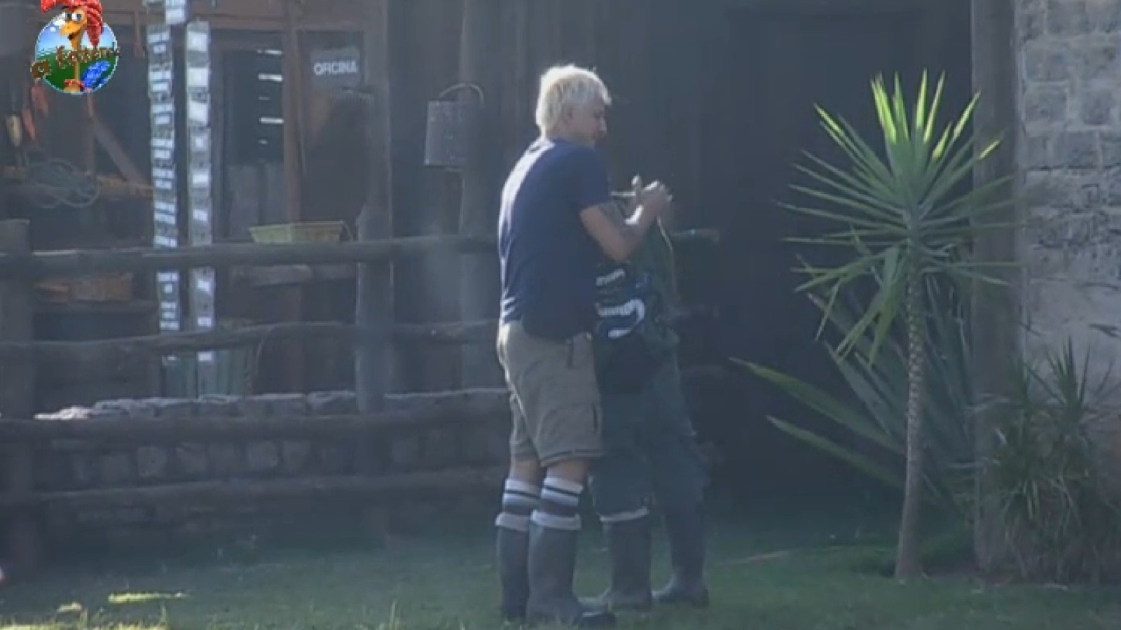 10.ago.2013 - Paulo Nunes dá abraço em Yudi na manhã deste sábado