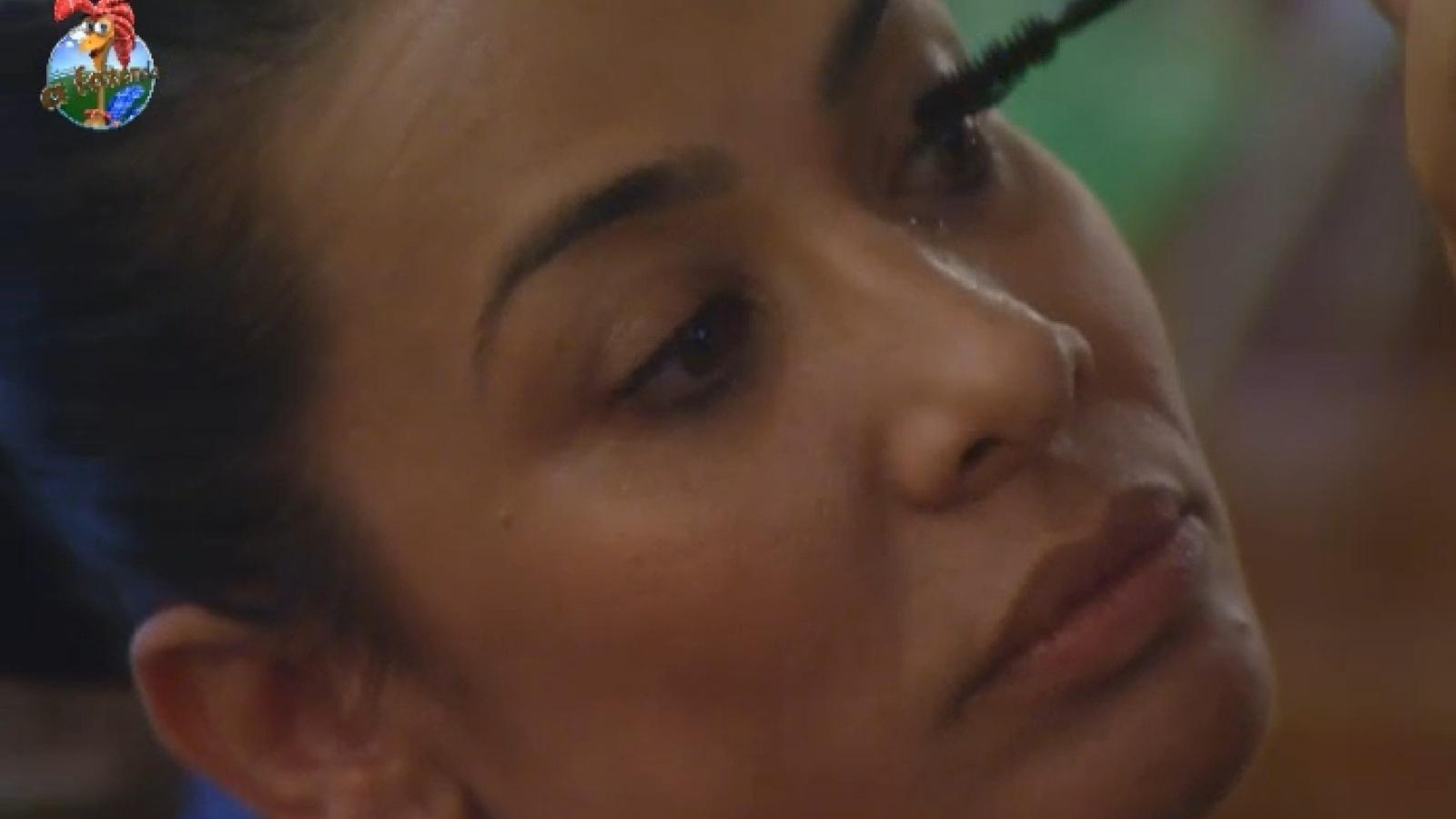 10.ago.2013 - Scheila Carvalho se maquia após acordar de cochilo na tarde deste sábado
