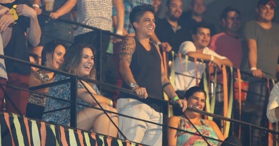 9.ago.2013 - Acompanhada da namorada, Nilcéia Oliveira, Thammy Miranda assiste ao show de Wanessa na festa