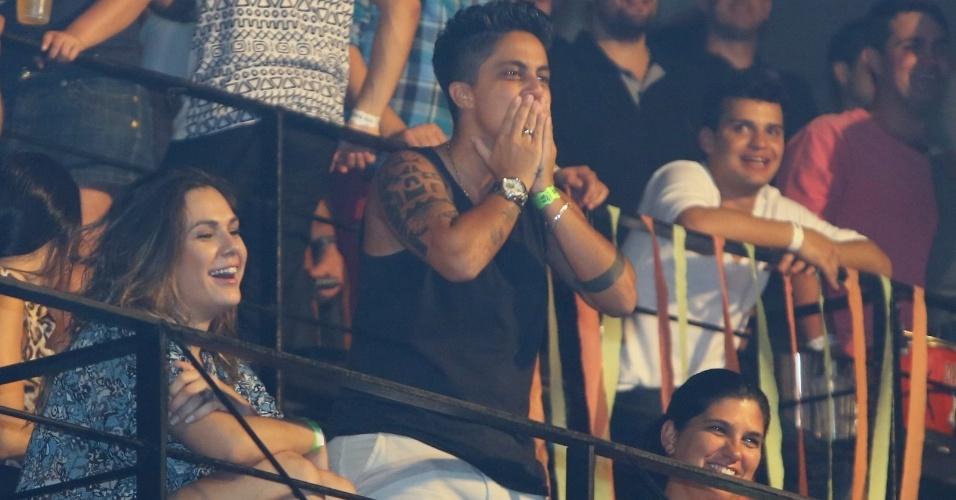 9.ago.2013 - Acompanhada da namorada, Nilcéia Oliveira, Thammy Miranda manda beijos para a cantora Wanessa na festa