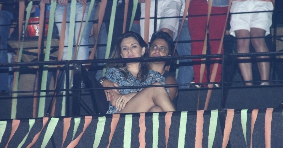 9.ago.2013 - Nilcéia Oliveira, namorada de Thammy Miranda, senta no colo da atriz durante o show de Wanessa na festa