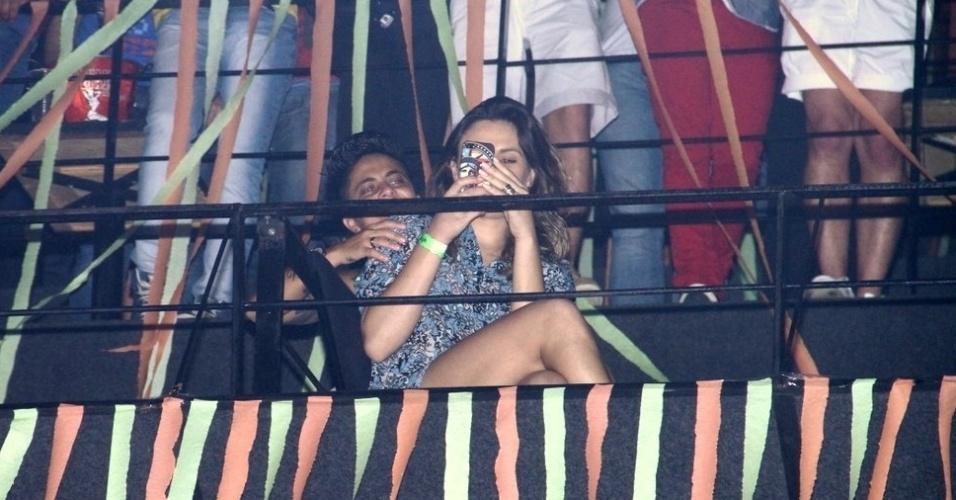 "9.ago.2013 - Nilcéia Oliveira, namorada de Thammy Miranda, senta no colo da atriz durante o show de Wanessa na festa ""Chá de Alice"", no Rio de Janeiro"