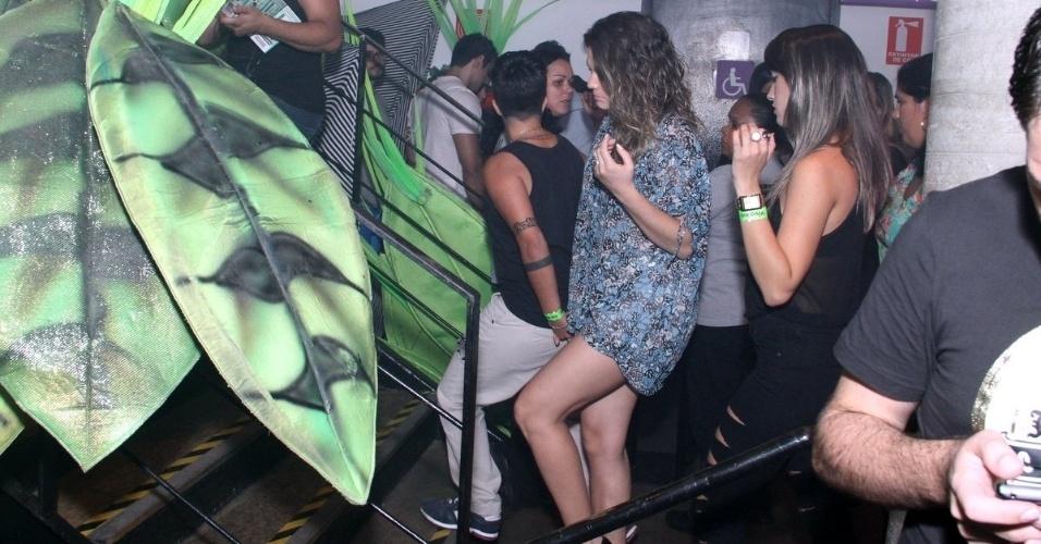 9.ago.2013 - Thammy Miranda e a namorada, Nilcéia Oliveira, chegam de mãos dadas para o show de Wanessa na festa