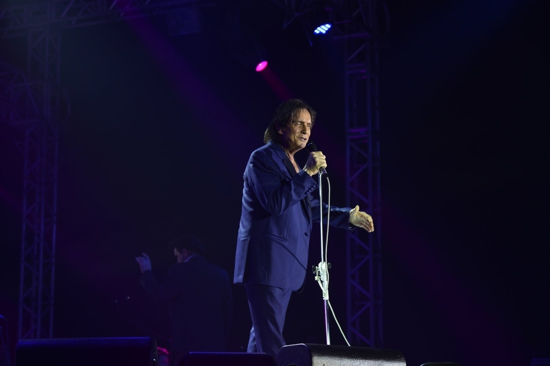 9.ago.2013 - Totalmente vestido de azul, Roberto Carlos se apresenta no Forte de Copacabana, no Rio de Janeiro. O Rei cantou seus maiores sucessos acompanhado de orquestra e coral. O show faz parte de uma série de cinco apresentações na capital carioca