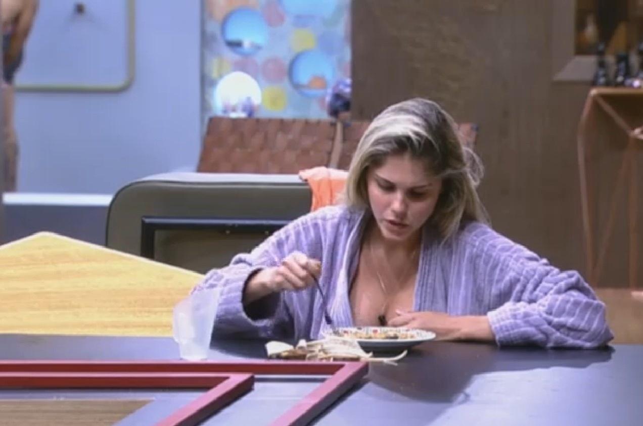 11.ago.2013 - Bárbara Evans diz para Andressa Urach que ir para a roça é bom porque dá força