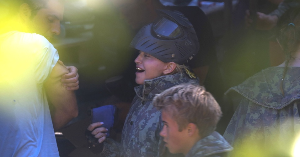 11.ago.2013 - Madonna leva o filho Rocco para brincar de paintball em comemoração ao aniversário de 13 anos do menino, fruto do casamento da cantora com o cineasta Guy Ritchie. Madonna está passando férias na Riviera Francesa com os filhos Rocco, Lourdes Maria e David e o namorado Brahim Zaibat. Durante a brincadeira, ela exibiu um dente de ouro em sua boca