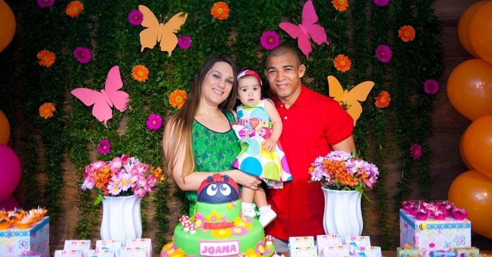 11.ago.2013 - O lutador de MMA e campeão do UFC José Aldo e a mulher, Viviane, comemoram o primeiro ano da filha, Joana, em uma casa de festas em Botafogo, no Rio de Janeiro