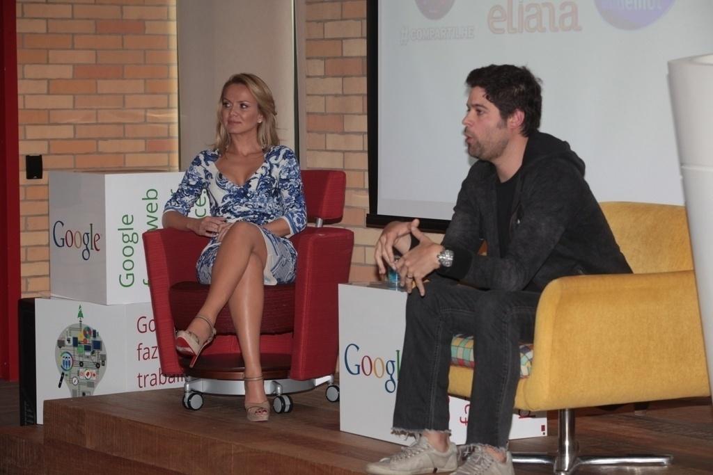 12.ago.2013 - A apresentadora Eliana fala com jornalistas ao lado de Ariel Jacobowitz, diretor do