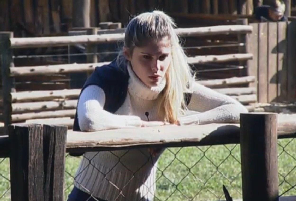 12.ago.2013 - Bárbara Evans conversando com a Mulher Filé enquanto ela cuida da vaca