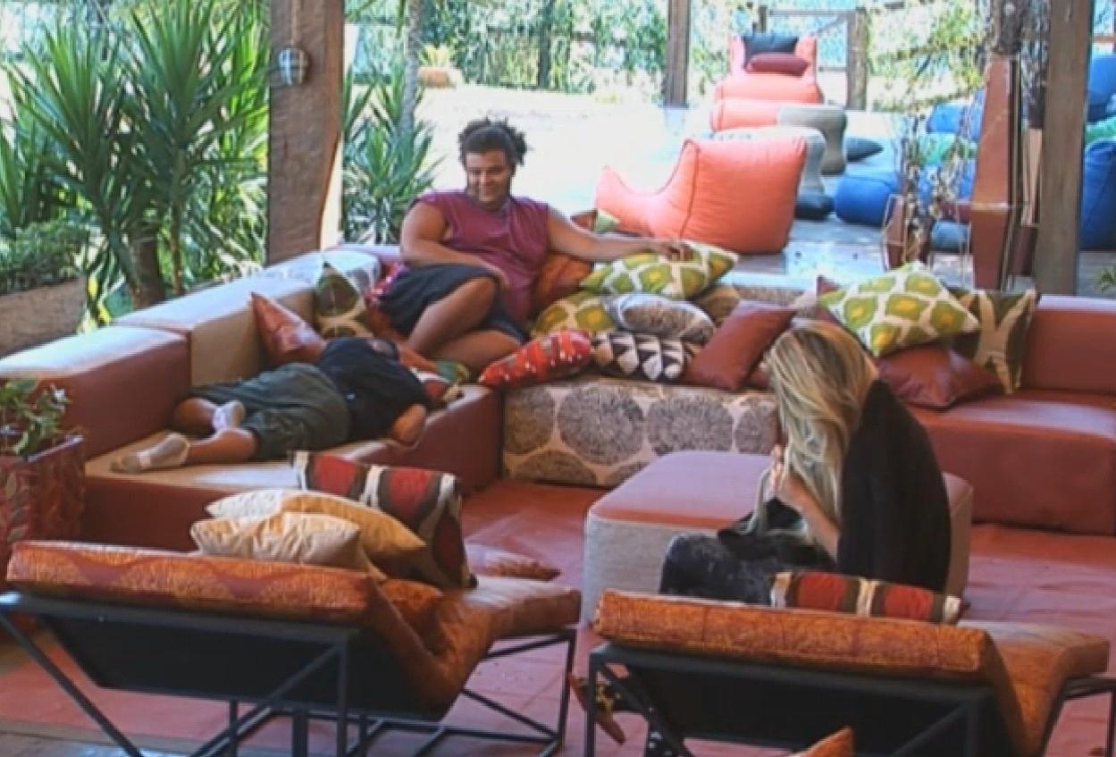 12.ago.2013 - Bárbara Evans, Gominho e Yudi descansam na varanda