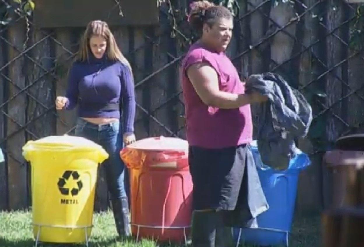 12.ago.2013 - Denise Rocha ajuda Gominho a separar o lixo